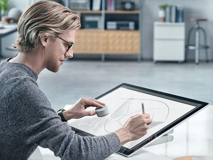 Surface Studio und Surface Dial (oben links auf dem Surface Studio) im Einsatz (Bild: Micosoft)