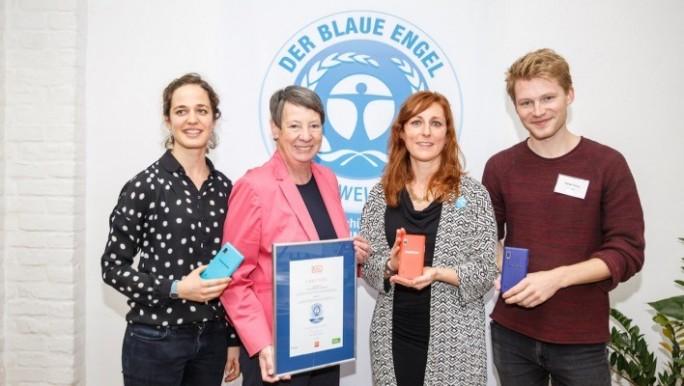 Bundesumweltministerin Barbara Hendricks (2. von links) überreicht Value Chain Projektmanagerin Flavia Fries von Fairphone (3. von links) das Umweltsiegel Blauer Engel. (Bild: Fairphone)