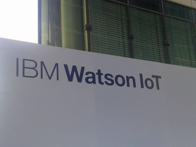 Eingang zu IBMs Watson-IoT-Büro in München. Mit dem neuen Bereich will IBM die KI-Lösung im Internet der Dinge etablieren. (Bild: Peter Marwan)