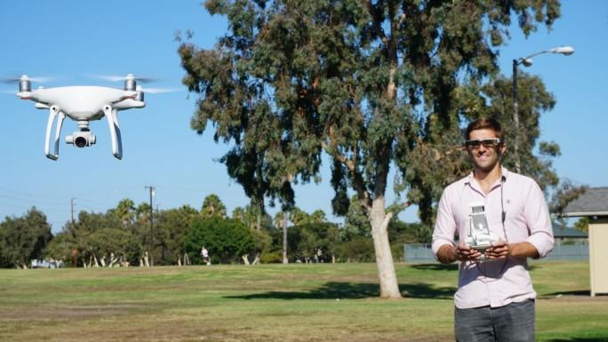 Die Epson Moverio  BT-300 im Einsatz bei der Steuerung einer Drohne (Bild: Epson)