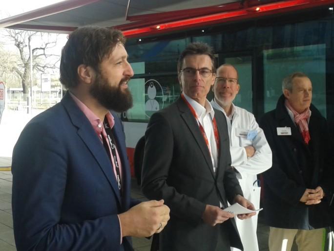 Oliver Tuszik (Cisco), Dr. Eberhard Kurz, CIO der DB AG und Dr. Christian Gravert, Leitender Arzt der Deutschen Bahn (von links) bei der Vorstellung des Medibus auf der Cisco Live in Berlin. (Bild: Peter Marwan)