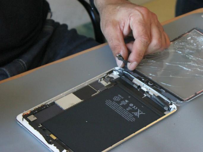 <strong>Reparatur an einem iPad durch Techniker von ICrackedit (Bild: silicon.de)</strong>&#8221; width=&#8221;684&#8243; height=&#8221;513&#8243; class=&#8221;aligncenter size-large wp-image-331785&#8243; /></a></p> <p>Der Quelle zufolge will sich auch der Mobilfunkanbieter AT&#038;T gegen das Gesetz wehren, was das Unternehmen jedoch gegenüber Motherboard dementierte. Mindestens ein Gegner wolle als Gegenargument anführen, dass Reparaturen durch Verbraucher Schäden an den Lithium-Ionen-Akkus verursachen könnten, die wiederum zu einer Überhitzung oder Selbstentzündung der Akkus führen könnten. Der Branchenverband CTIA, dem auch AT&amp;T und Verizon angehören, arbeite an einer möglichen Lösung.</p> <p>Im US-Bundesstaat New York war ein ähnlicher Gesetzentwurf im vergangenen Jahr zum Teil auch wegen der Lobbyarbeit von Apple, IBM und anderen Herstellern gescheitert. Unterstützung erhielten die Vorstöße der anderen Bundesstaaten derzeit unter anderem von der American Farm Bureau Federation. Der einflussreiche Verband der Landwirte habe sich offiziell für ein Recht auf Reparatur ausgesprochen.</p> <p>Befürwortet werde das Recht auf Reparatur auch von Repair.org, einem Zusammenschluss unabhängiger Reparaturwerkstätten. Sie werfen den Herstellern vor, ein Monopol für die Instandsetzung eigener Produkte anzustreben, was wiederum den freien Werkstätten schade. Ersatzteile müssten sie derzeit häufig über den grauen Markt beziehen, der unter anderem direkt von Komponentenherstellern in China bedient werde. Reparaturanleitungen wiederum werden häufig von Enthusiasten oder Unternehmen wie <a href=