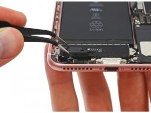 iPhone 7 Plus: Taptic Engine und Akku teilen sich den durch Wegfall des Kopfhörers verfügbaren Platz (Bild: iFixit).