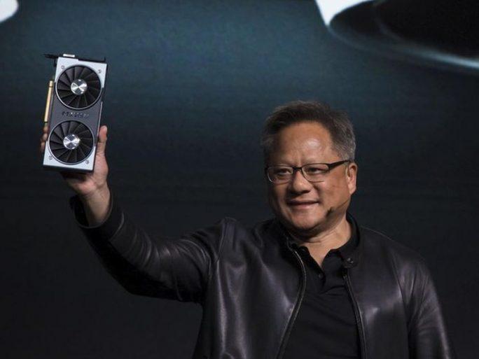 Nvidia-Ceo Jensen Huang präsentiert auf der CES 2019 die neue Grafikkarte RTX 2060 (Bild: James Martin / CNET).